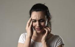 Bello e gridare triste della donna disperato e depresso con gli strappi sul suo soffrire degli occhi immagini stock