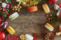 Bello e macaron sveglio nella disposizione piana di vista superiore con il Natale b Fotografia Stock Libera da Diritti
