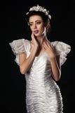 Bello e modello elegante in vestito da sposa Immagine Stock