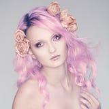 Bello e ragazza con capelli rosa Immagini Stock