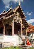 Bello e tempio calmo in Chiang Mai Thailand Giovane monaco che sveglia al tempio immagine stock libera da diritti