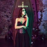 Bello e vampiro sexy nel suo palazzo Halloween Fotografie Stock Libere da Diritti