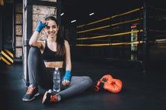 Bello ed ottenere femminile adatto del combattente ha preparato per la lotta o la formazione immagine stock