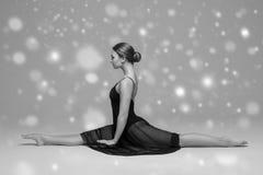 Bello ente della donna della gente sulla neve di inverno del pavimento in bianco e nero Immagini Stock Libere da Diritti