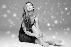 Bello ente della donna della gente sulla neve di inverno del pavimento in bianco e nero Fotografia Stock Libera da Diritti
