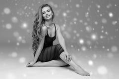 Bello ente della donna della gente sulla neve di inverno del pavimento in bianco e nero Fotografia Stock