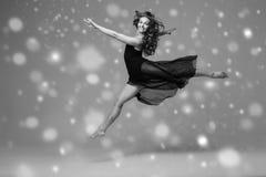 Bello ente della donna della gente sulla neve di inverno del pavimento Il nero e briciolo Fotografie Stock
