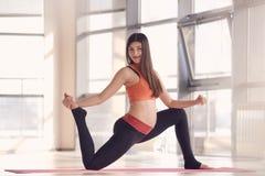 Bello esercizio dei pilates della donna incinta Fotografia Stock Libera da Diritti