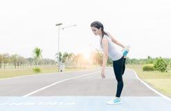 Bello esercizio della donna prima di correre Immagine Stock Libera da Diritti