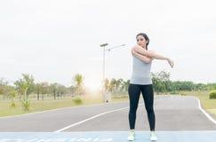 Bello esercizio della donna prima di correre Immagini Stock Libere da Diritti