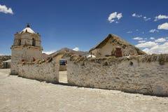 Bello esterno della chiesa del villaggio di Parinacota, circa Putre, il Cile Fotografie Stock Libere da Diritti