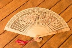 Bello fan di legno Su fondo di legno immagini stock