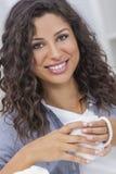 Bello felice bevente sorridente del tè o del caffè della donna ispana Fotografia Stock Libera da Diritti