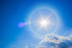 Bello fenomeno fantastico di alone del sole in cielo Fotografia Stock