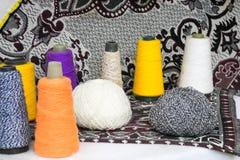 Bello filato luminoso multicolore, fili artificiali della fibra acrilica, bobina del filo per il cucito, facente i vestiti fotografia stock libera da diritti