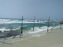bello fisherman& x27 del lato della spiaggia; mezzo di s dello sri lankan fotografie stock libere da diritti