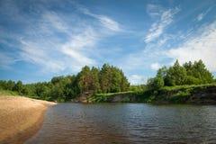 Bello fiume che entra nella campagna un giorno soleggiato Immagini Stock