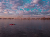 Bello fiume con il kayaker Fotografia Stock