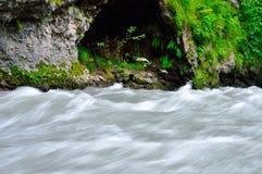 Bello fiume della montagna nel Caucaso immagine stock