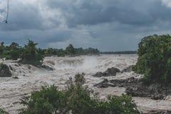 Bello fiume di cadute di Khone Phapheng del Laos in Sud-est asiatico fotografie stock
