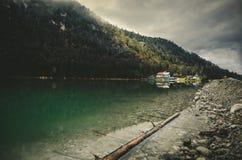 Bello fiume di Saalach del lago in alpi tedesche ed austriache con le grandi montagne e la luce solare su fondo nel LAK nebbioso  Immagine Stock