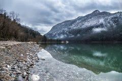 Bello fiume di Saalach del lago in alpi tedesche ed austriache con le grandi montagne nevose su fondo nell'inverno Lago verde neb Immagini Stock Libere da Diritti