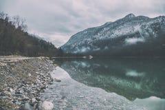 Bello fiume di Saalach del lago in alpi tedesche ed austriache con le grandi montagne nevose su fondo nell'inverno Lago verde neb Fotografie Stock