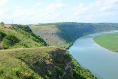 Bello fiume fra le colline Fotografia Stock