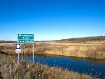 Bello fiume Mississippi che entra sotto la strada principale 2 degli Stati Uniti nel Minnesota immagine stock libera da diritti