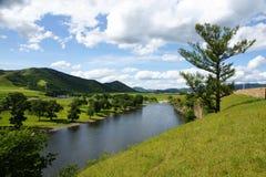 Bello fiume sotto cielo blu Fotografie Stock Libere da Diritti