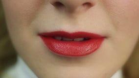 Bello flirt femminile seducente e labbro mordace Trucco perfetto Orli rossi stock footage
