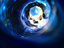 Bello fondo astratto blu insolito Il fiore sotto l'acqua fotografie stock