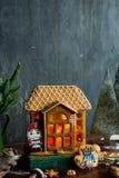 Bello fondo con la casa di pan di zenzero Fotografia Stock Libera da Diritti