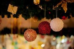 Bello fondo decorato dell'albero di Natale con la bagattella e gli ornamenti di natale vaghi nella casa del bokeh Fotografie Stock