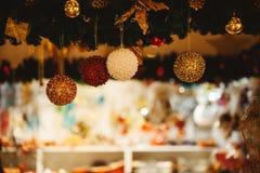 Bello fondo decorato dell'albero di Natale con la bagattella e gli ornamenti di natale vaghi nella casa del bokeh Fotografie Stock Libere da Diritti