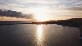 Bello fondo del cielo blu con il tramonto azione Vista superiore del tramonto sul mare Tramonto drammatico dal mare fotografia stock libera da diritti