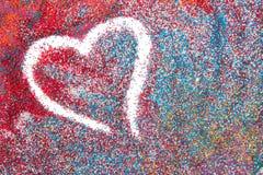 Bello fondo del cuore sulla sabbia colorata fatta dalle conchiglie immagine stock libera da diritti