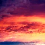 Bello fondo della natura - tramonto rosso, sole luminoso Scenico rivaleggi Fotografia Stock