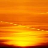 Bello fondo della natura - tramonto rosso, sole luminoso Scenico rivaleggi Immagine Stock