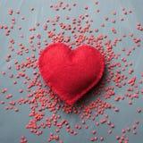 Bello fondo di giorno di biglietti di S. Valentino con i cuori rossi su fondo grigio Immagini Stock