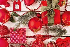 Bello fondo di Natale con le decorazioni ed i regali rossi Immagine Stock