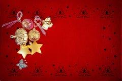 Bello fondo rosso di Natale con le varie decorazioni dell'oro e posto per il vostro testo royalty illustrazione gratis