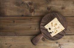 Bello formaggio olandese con i fori, un prodotto lattiero-caseario sano Alimento saporito Foto stile country Posto per testo Copi Fotografia Stock Libera da Diritti