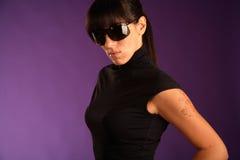 Bello forte brunette in occhiali da sole Immagini Stock