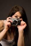 Bello fotografo, fuoco sulla macchina fotografica immagini stock libere da diritti