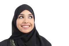 Bello fronte arabo della donna che guarda una pubblicità qui sopra Fotografia Stock Libera da Diritti
