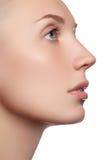 Bello fronte con pelle fresca pulita Giovane donna del ritratto con i bei occhi azzurri e fronte - su fondo bianco Primo piano Fotografia Stock