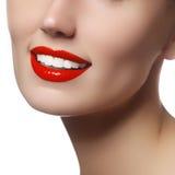 Bello fronte con pelle fresca pulita Giovane donna del ritratto con i bei occhi azzurri e fronte - su fondo bianco Primo piano Immagine Stock