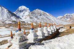 Bello fronte del nord della montagna sacra di Kailash con i chortens tibetani bianchi Immagine Stock