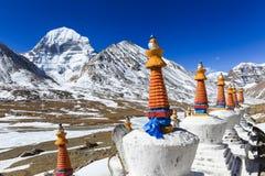 Bello fronte del nord della montagna sacra di Kailash con lo shortenspagoda bianco del Tibet Immagine Stock